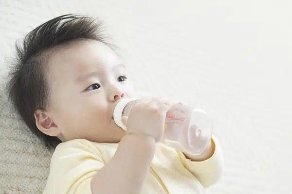 Cho bé uống thêm nhiều nước