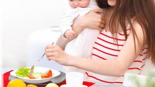 Mẹ cần ăn uống khoa học để có nguồn sữa dinh dưỡng cho bé