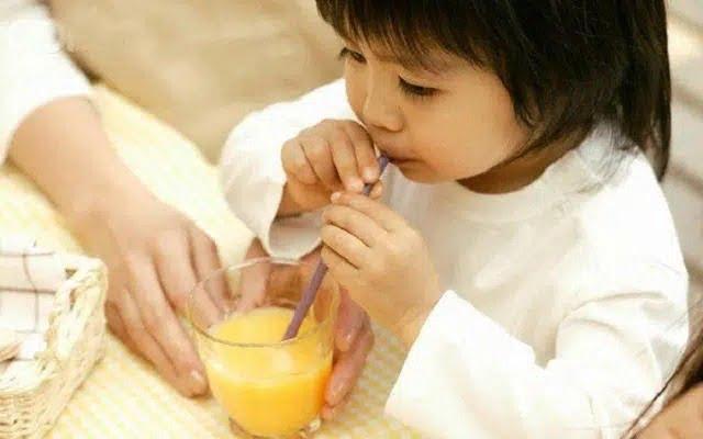 Nước cam tốt cho bé bị ho