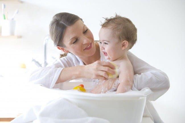 Trẻ ho có nên tắm không là băn khoăn của nhiều bậc phụ huynh