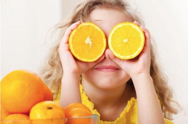 Trẻ ho có nên uống nước cam không là vấn đề được không ít mẹ băn khoăn