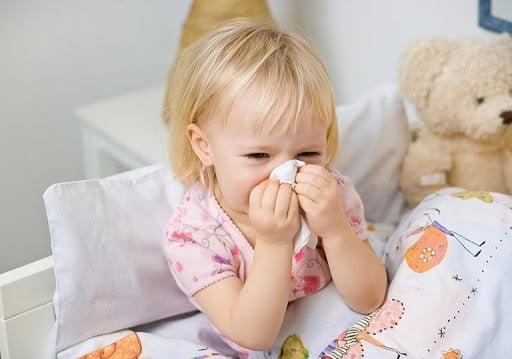 Bé thở khò khè và ho là những dấu hiệu điển hình của bệnh viêm mũi dị ứng