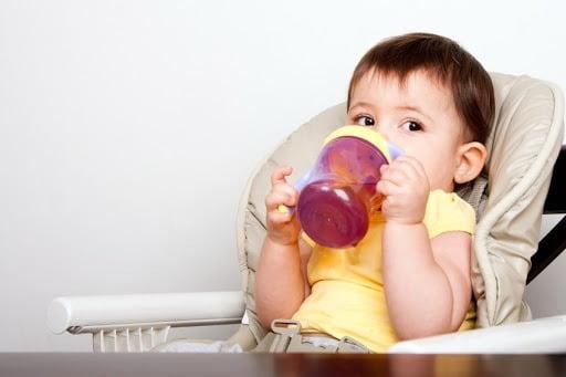 Cho trẻ uống nước ấm giúp làm loãng đờm