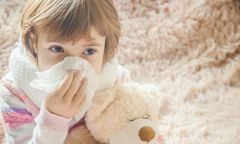 Trẻ bị dị ứng thời tiết thường gây ra những cơn ho kéo dài