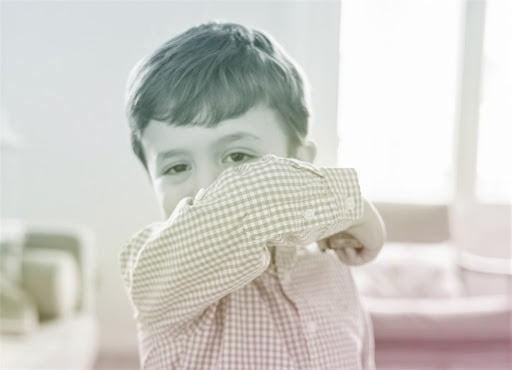 Trẻ bị ho thường do ảnh hưởng từ thời tiết và các yếu tố bên ngoài