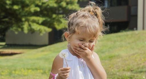 Trẻ hít phải phấn hoa gây kích ứng niêm mạc họng