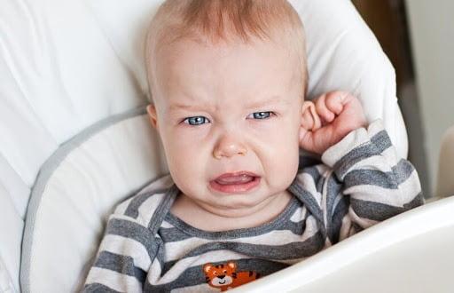 Viêm tai giữa gây ho và hắt hơi