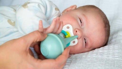 Làm sạch mũi và họng cho bé