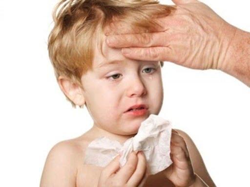 Trẻ bị cảm cúm có biểu hiện ho và sốt