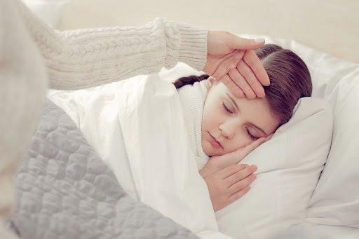 Cần giảm sốt cho con kịp thời để tránh các biến chứng không mong muốn