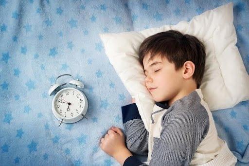 Giữ phòng con luôn sạch sẽ là cách giúp con hạn chế ho trong khi ngủ