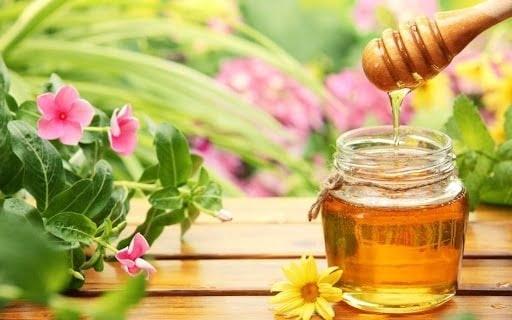 Nước mật ong ấm giúp làm dịu cơn đau họng và giảm ho hiệu quả
