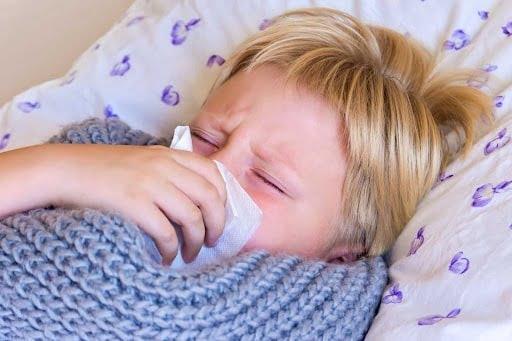 Trẻ ho nhiều về đêm có thể do hen suyễn