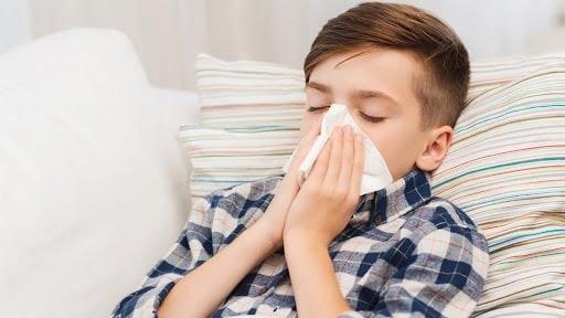 Trẻ ho về đêm và sáng sớm có thể do bị cảm lạnh, cảm cúm