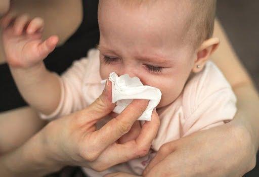 Em bé sơ sinh ho và sổ mũi