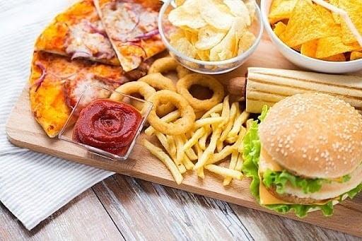 Cho bé ăn nhiều thực phẩm dễ gây kích ứng có thể khiến ho nhiều hơn