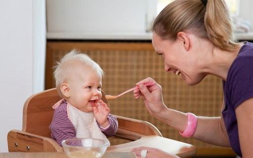 Cho bé ăn những món mềm, lỏng, dễ nuốt