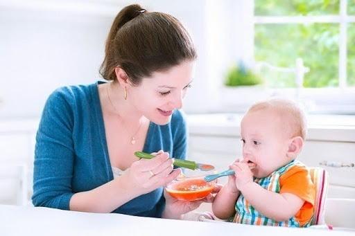 Cho bé ăn những thực phẩm dinh dưỡng, mềm, dễ tiêu hóa
