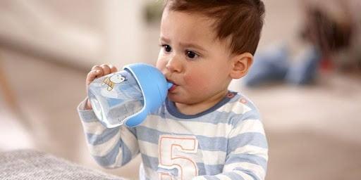 Bổ sung cho bé đủ nước