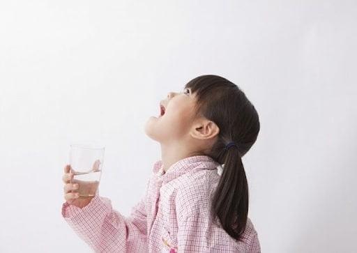 Hãy dạy trẻ súc miệng bằng nước muối khi bị viêm phế quản