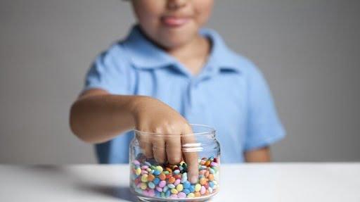 Hạn chế đường và kẹo ngọt khi trẻ bị ốm
