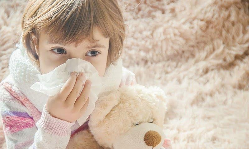 Ho đờm, sốt, sổ mũi,... là triệu chứng phổ biến của chứng viêm phế quản
