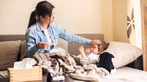Hít khói thuốc thụ động là nguyên nhân phổ biến khiến trẻ bị viêm phế quản