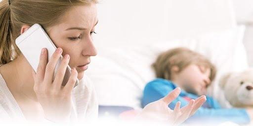 Cha mẹ cần liên hệ với bác sĩ khi con xuất hiện triệu chứng sốt cao, khó thở