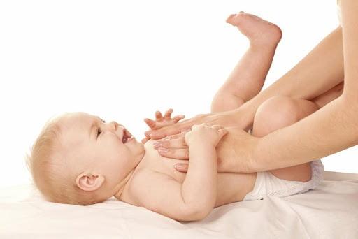 Massage bằng dầu nóng cho bé