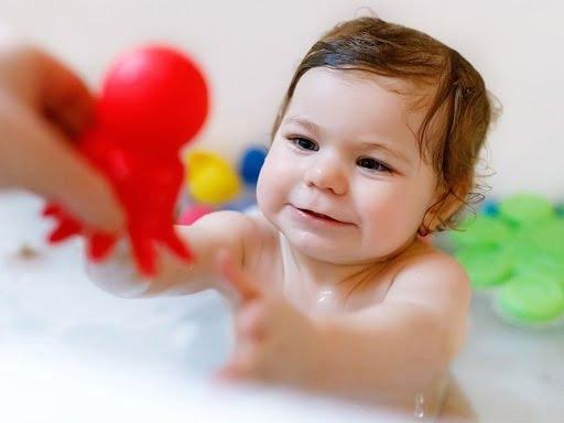 Tắm có tốt cho trẻ bị viêm phế quản?