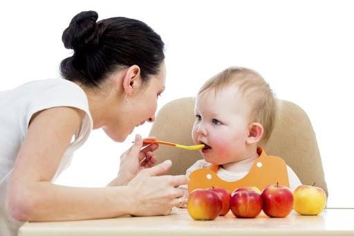 Cho bé ăn thức ăn lỏng mềm