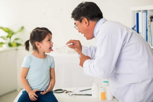 Trẻ bị viêm họng gây biến chứng nguy hiểm nếu không được xử lý kịp thời