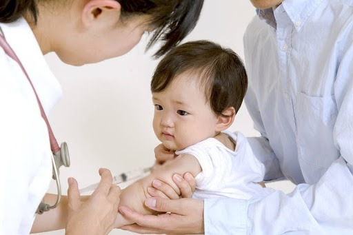 Trước khi tiêm phòng, bác sĩ sẽ khám lâm sàng vì vậy bố mẹ không cần quá lo lắng