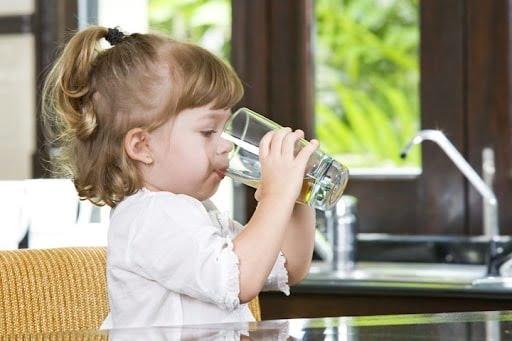 Uống đủ nước là điều quan trọng khi bị viêm phổi