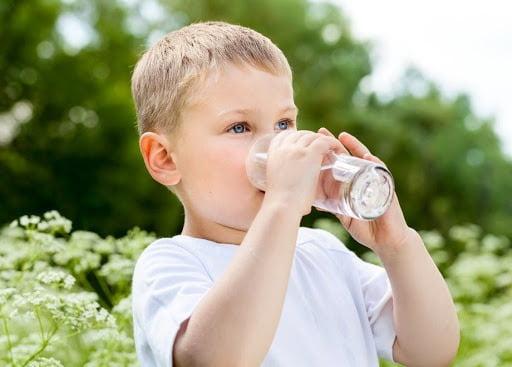 Bổ sung nước cho trẻ