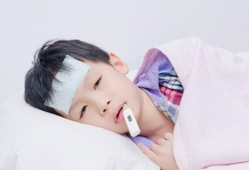 Trẻ bị viêm amidan có mủ gây sốt kéo dài đến 10 ngày
