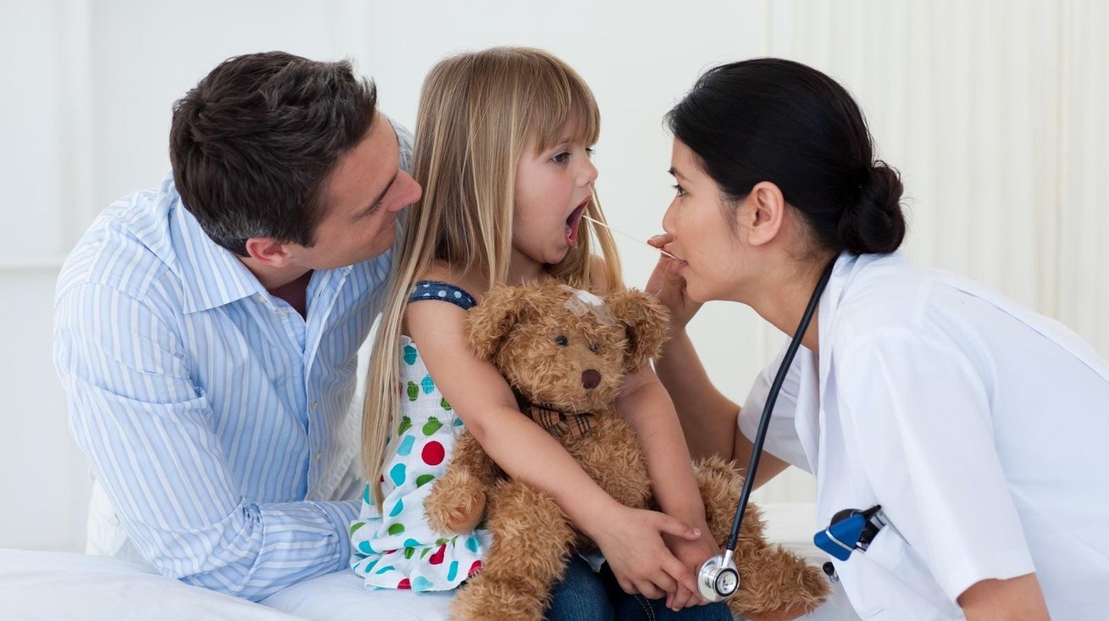 Lời khuyên từ bác sĩ: 8 cách chăm sóc trẻ bị viêm amidan tại nhà