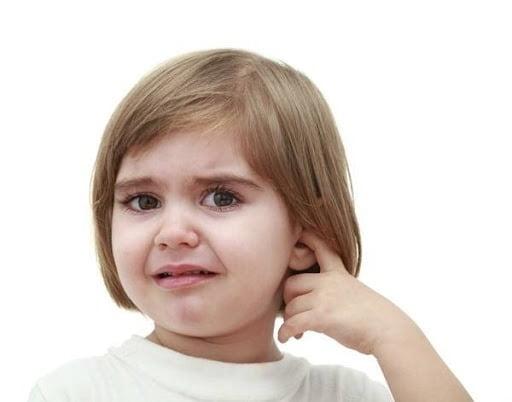 Trẻ cảm thấy ngứa, khó chịu ở tai