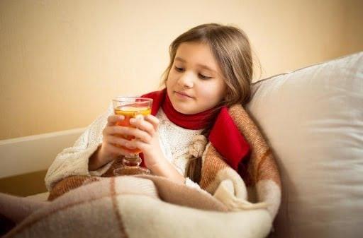 Nước mật ong giúp làm dịu cơn đau, ngứa, rát cổ họng hiệu quả