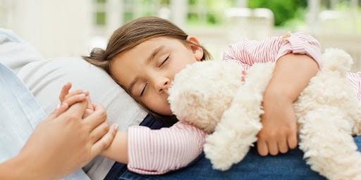 Cho trẻ nghỉ ngơi để nhanh phục hồi sức khỏe
