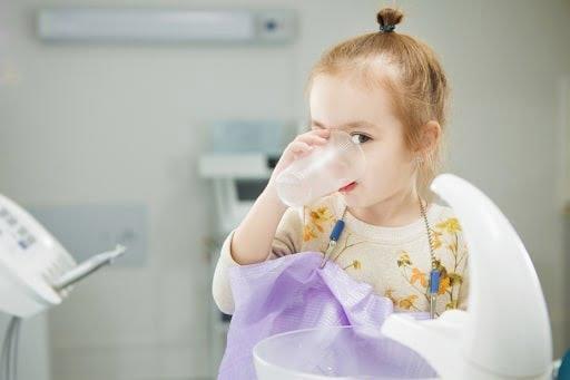 Súc miệng bằng nước muối sinh lý giúp làm sạch cổ họng