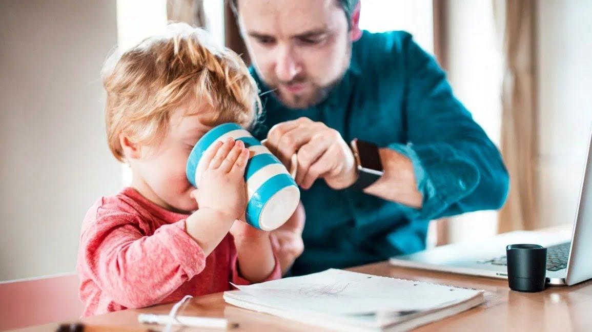 Cho trẻ uống nước lọc, nước ép hoa quả,... để tránh mất nước